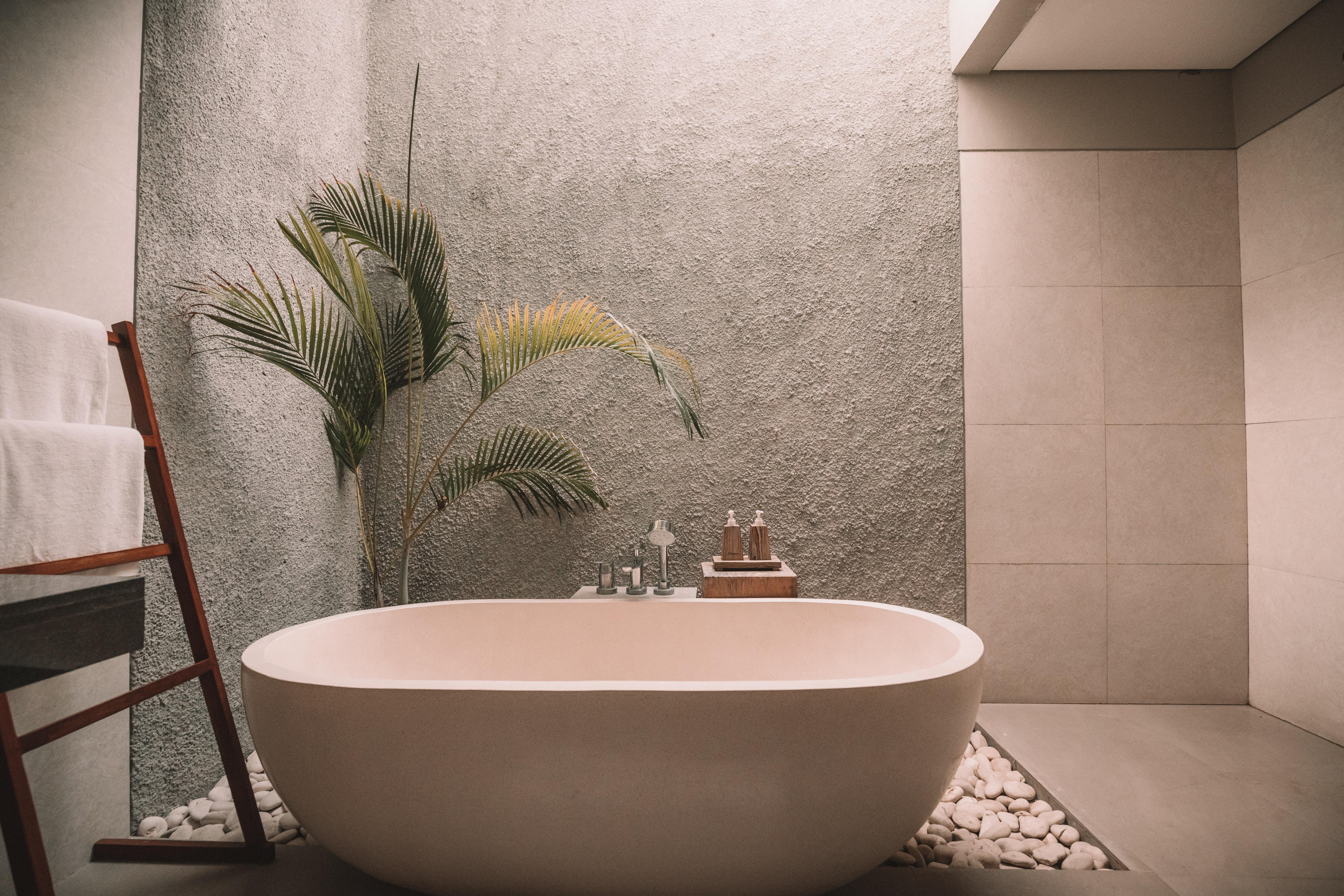 salle de bains avec baignoire et galets