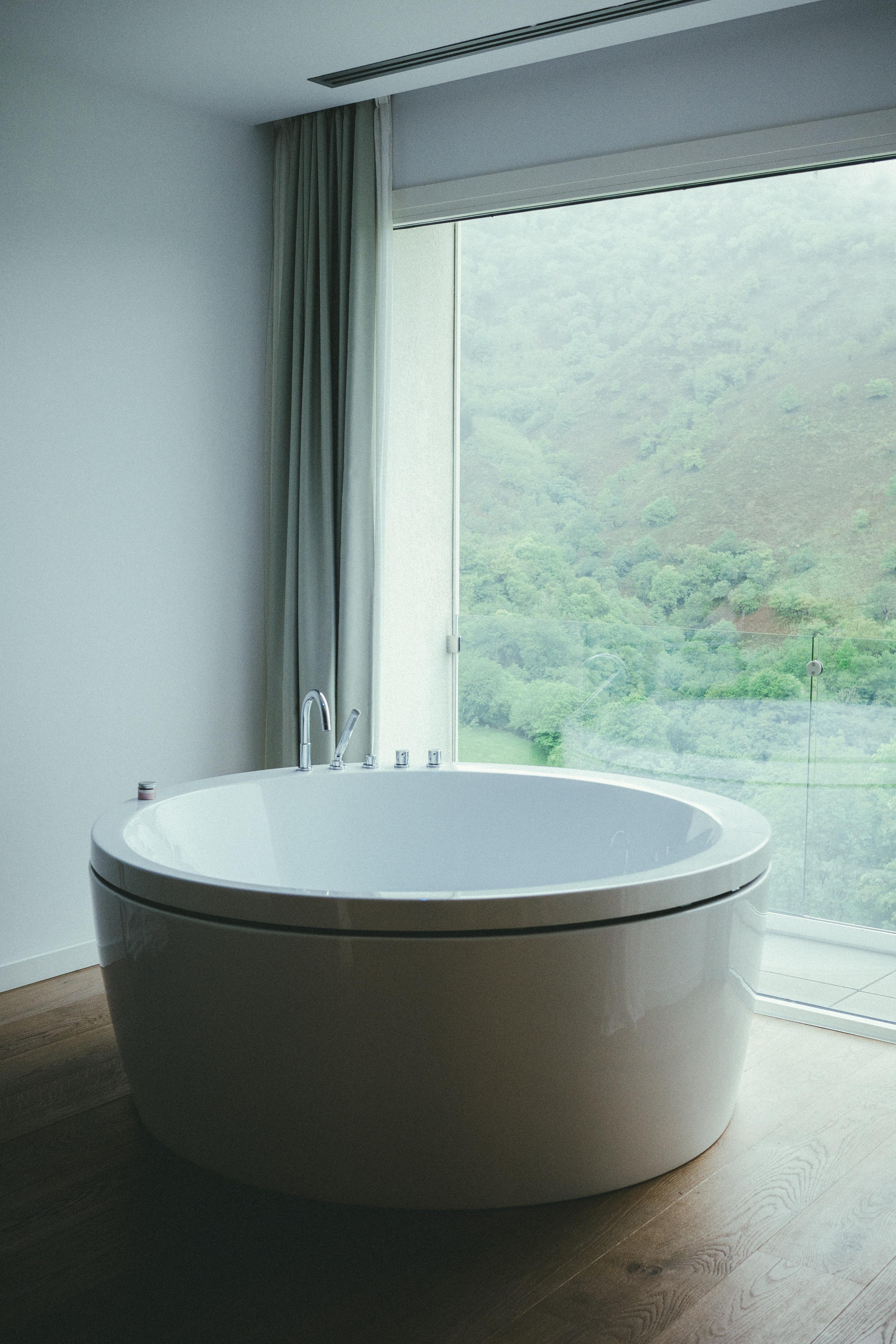 salle de bains avec baignoire et baie vitrée